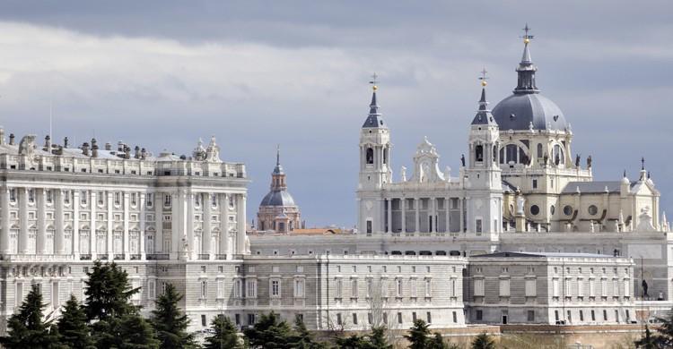 Palacio-Real-y-Catedral-de-la-Almudena-iStock-750x390
