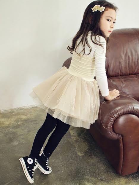 camiseta-de-manga-larga-blanca-falda-blanca-zapatillas-negras-original-16358