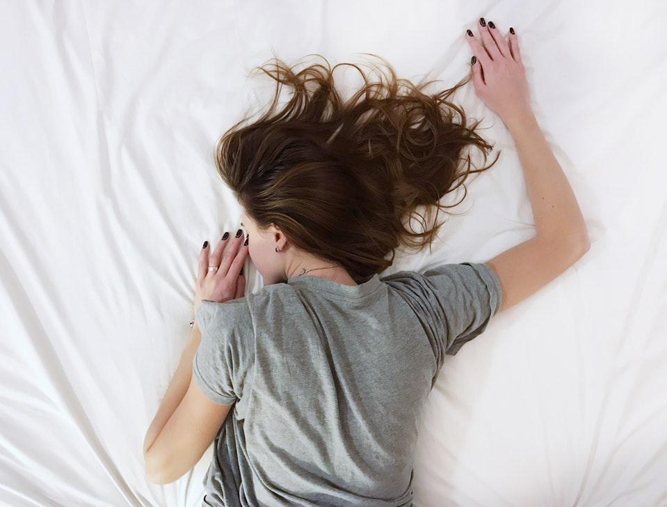 Maneras de enfrentar la ansiedad ¿Has experimentado desencadenantes antes? ¿Has tenido ataques de pánico? Entonces, conoce las maneras de enfrentar la ansiedad. ¿Conoces la sensación de que tu corazón late más rápido en respuesta a una situación estresante? O quizás, en cambio, las palmas de las manos se vuelven sudorosas cuando te enfrentas a una tarea o evento abrumador. Eso es ansiedad, la respuesta natural de nuestro cuerpo al estrés. Si aún no ha reconocido tus factores desencadenantes, aquí hay algunos comunes: tu primer día en un nuevo trabajo, conocer a la familia de tu pareja o hacer una presentación frente a mucha gente. Todos tenemos diferentes factores desencadenantes, y tu identificación es uno de los pasos más importantes para enfrentar y manejar los ataques de ansiedad. Maneras de enfrentar la ansiedad La identificación de tus factores desencadenantes puede tomar algún tiempo y auto-reflexión. Mientras tanto, hay cosas que puedes hacer para tratar de ayudar a calma tu ansiedad al tomar el control. Si tu ansiedad es esporádica y se interpone en tu enfoque o tus tareas, existen algunos remedios homeopáticos rápidos que podrían ayudarte a tomar el control de la situación. Si tu ansiedad se centra en una situación, como preocuparte por un evento próximo, es posible que notes que los síntomas son de corta duración y, por lo general, desaparecen una vez que se produce el evento previsto. Trucos rápidos Cuestiona tu patrón de pensamiento Los pensamientos negativos pueden echar raíces en tu mente y distorsionar la gravedad de la situación. Una forma es desafiar tus miedos, preguntar si son ciertos y ver dónde puedse recuperar el control. Practica enfocada, respiración profunda Intenta inhalar por 4 conteos y exhalar por 4 conteos durante 5 minutos en total. Tu respiración, disminuirá tu ritmo cardíaco, lo que lo ayudará a calmarse. Usa aromaterapia Ya sea en forma de aceite, incienso o una vela , los olores como la lavanda, la manzanilla y el sándalo pueden s