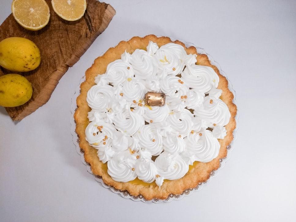 Estaes la mejor receta de pastel de merengue de limón.El relleno de crema de limón está cubierto con merengue ondulante a una milla de altura.