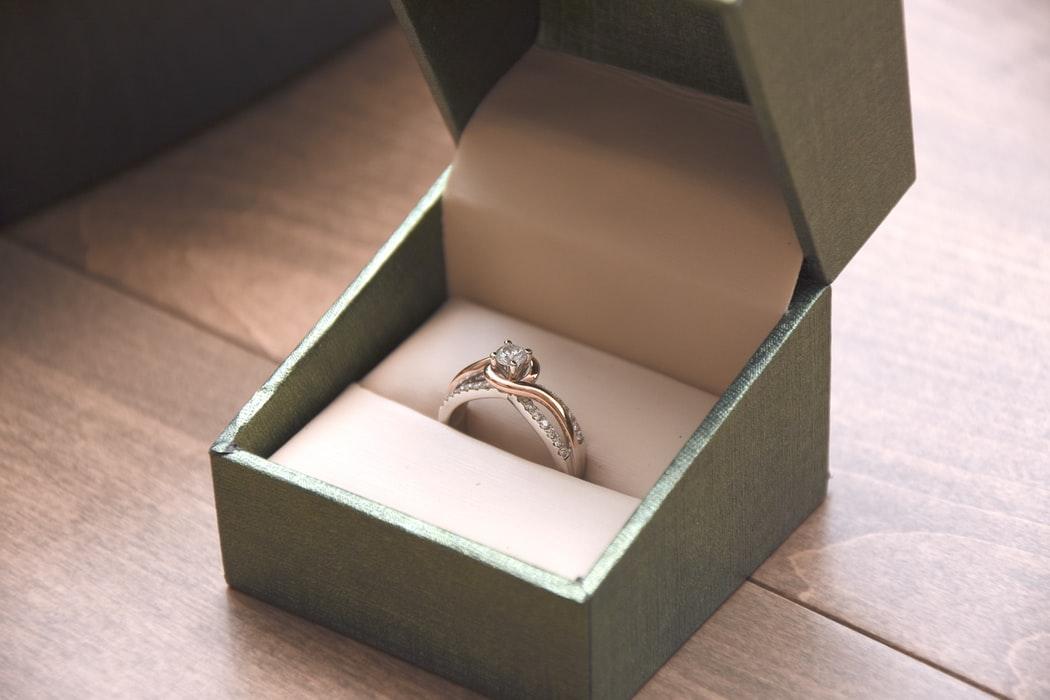 comprando el anillo después del compromiso