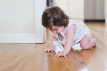 cómo limpiar los cabellos del piso