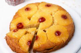 Estareceta de pastel de piña fácil cuenta con todas las bondades afrutadas, pegajosas y acarameladas que lo han convertido en un favorito durante